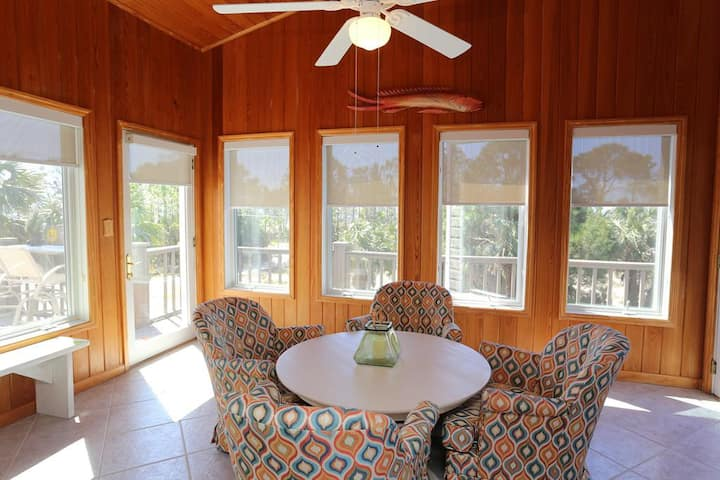 Steps From The Beach, Great Deck Space, Pet Friendly ~ Sweet Home Apalachee