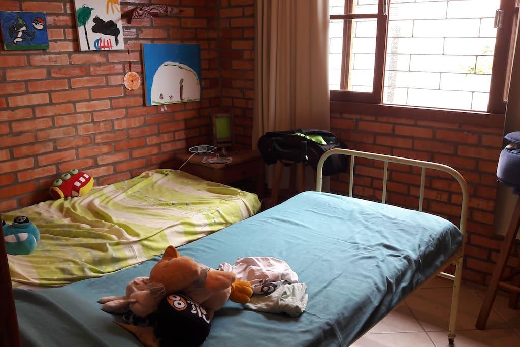 quarto com 02 camas de solteiro