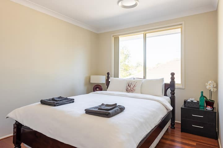 Large AC room queen bed 5 mins to Cabramatta