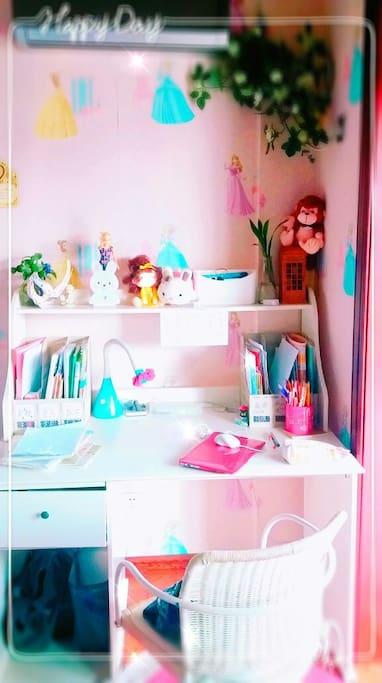 温馨的书桌~在这样的桌子上写作业~系不系会爱上学习呀!