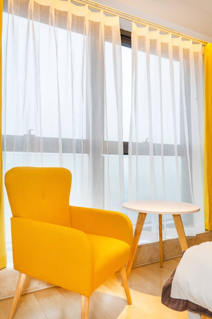 YTC5.一号线地铁口百米内,临平银泰城商场上高楼层简约舒适公寓,直达西湖塘栖