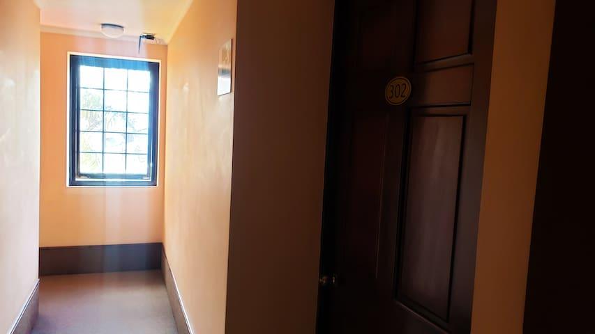 Habitación privada, este alojamiento cuenta con televisión por cable, un armario para que puedas guardar tus cosas y un suitcase rack