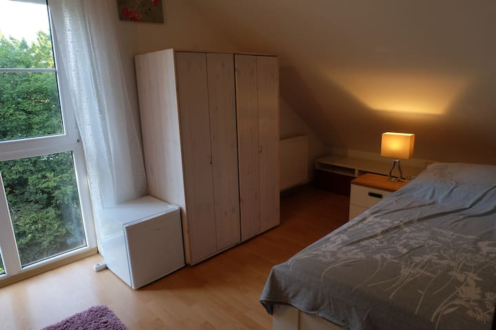 Central loft room with bathroom, Munich + Freising - Freising - Dům