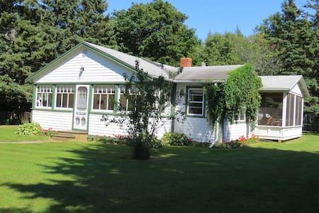 Butler's Spruce  Cottage, Stanhope - Cabin