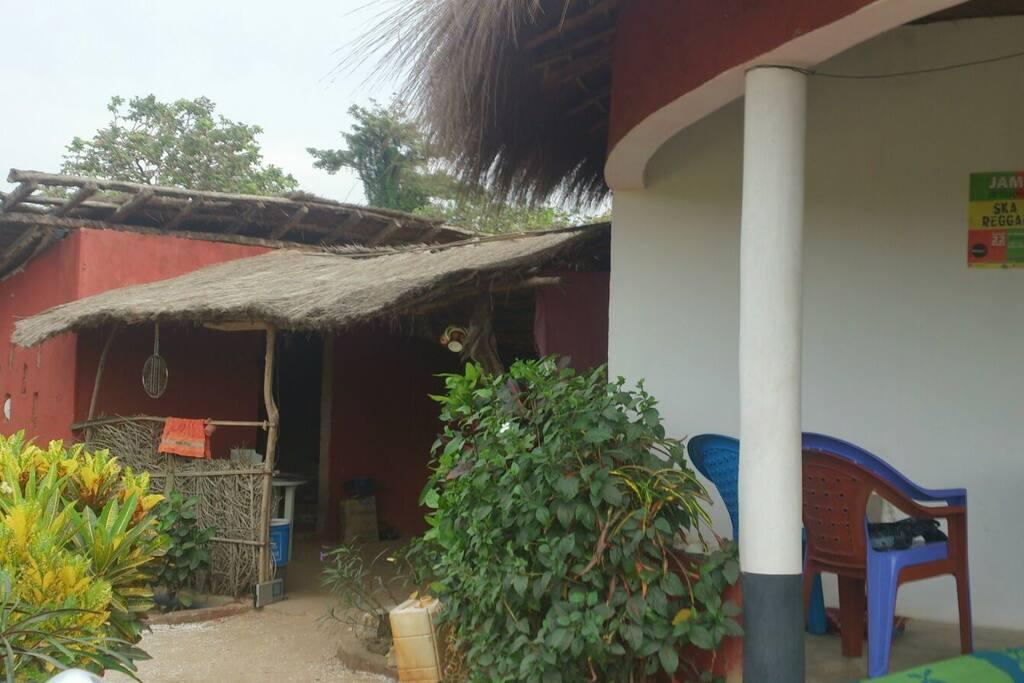 La cocina exterior al fondo, nuestra pequeña tangana y parte de la terraza a la derecha.
