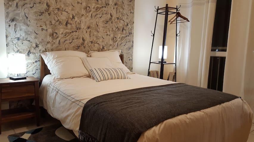 Chambre neuve et tranquille avec sdbains privative
