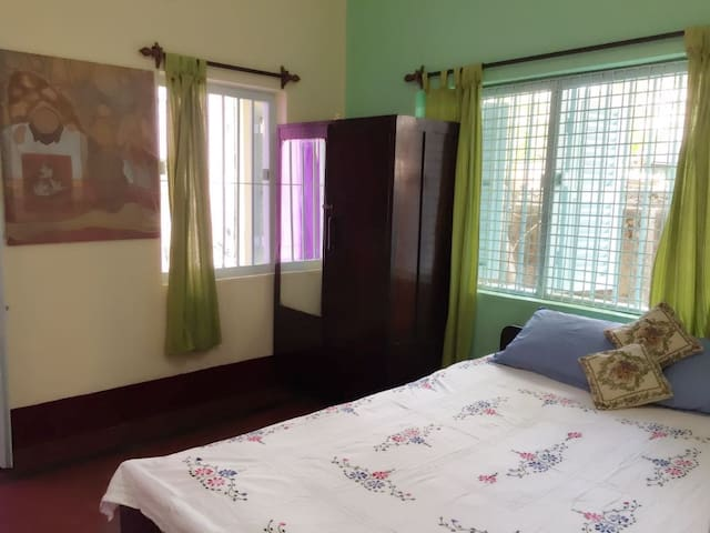 SHOWERLOCK HOMES-COSY 2BHK PRIVATE ROOM (4 guests)