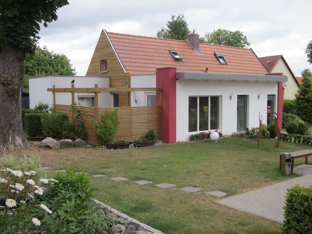 Ferienhaus mit Terrasse in Seenähe - Alt Schwerin - Huis