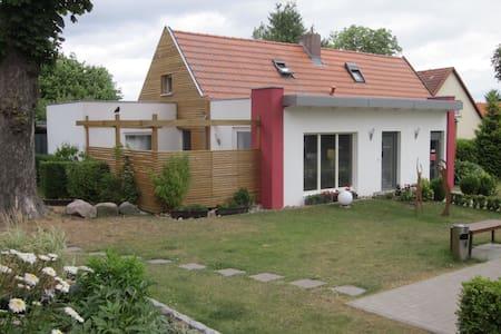 Ferienhaus mit Terrasse in Seenähe - Alt Schwerin - Haus