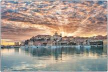 Il borgo Parasio con il Duomo di Porto Maurizio al tramonto.