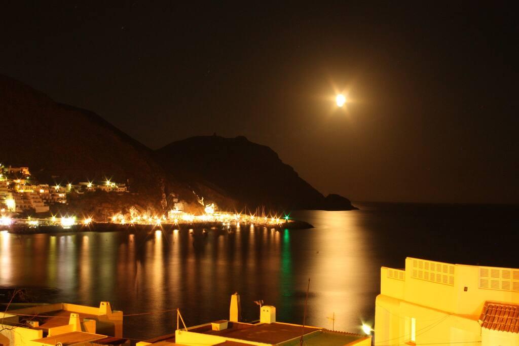 Vista desde la terraza una noche de luna.