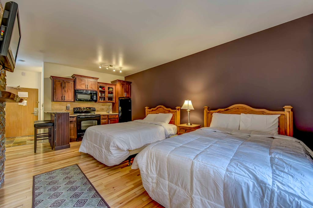 This cozy studio accommodates up to 4 guests and features hardwood floors.