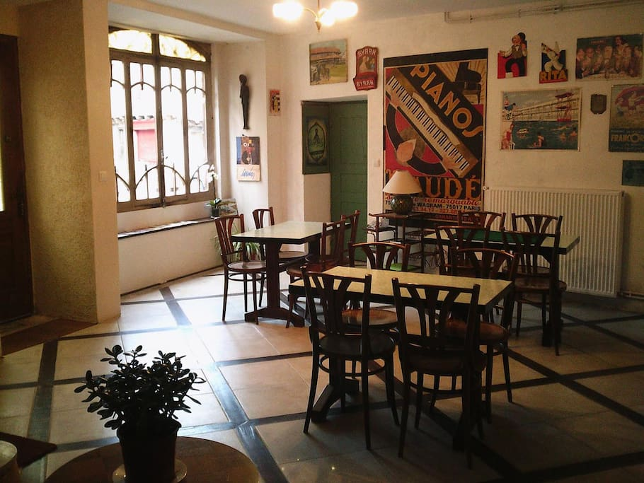 L'ancien café; accès et salle du petit déjeuner