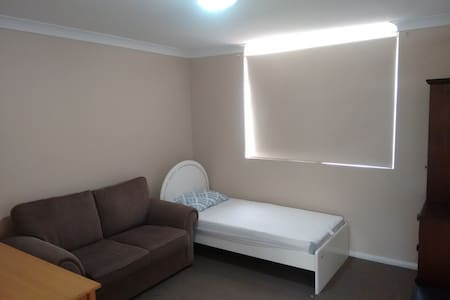 Cozy private room, with couch - Homebush West - Huis