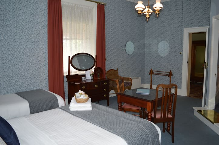 Daisy - Beautiful Room in Historic Mansion