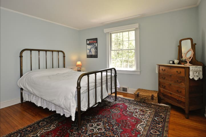 Bedroom 2, with full-size bed