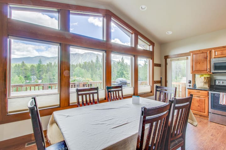 Newly completed cabin just minutes to Glacier National Park. Beautiful views!