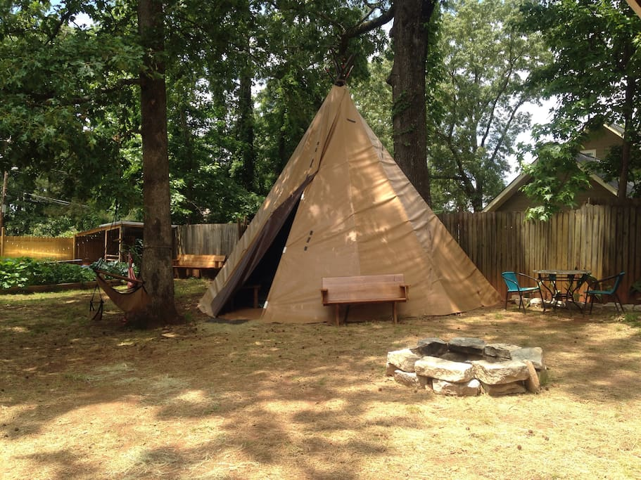 Tepee in the City - spacious yard with fire pit