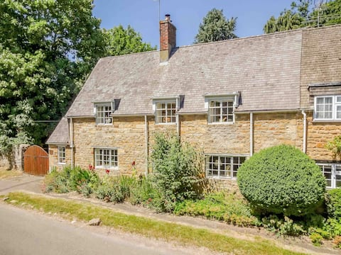 Traditional Cotswold cottage in Beautiful village