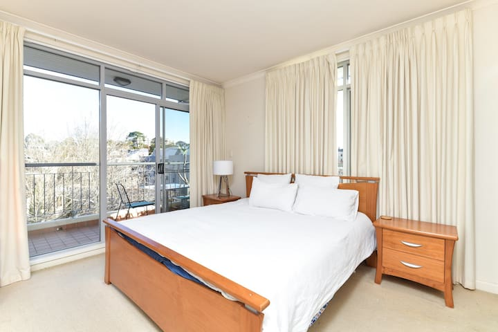 Self contained 1 Bedroom East Perth Apartment