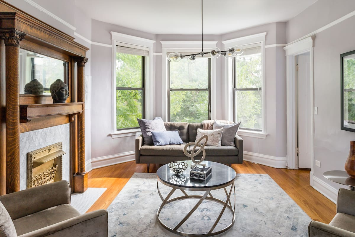 Sophisticated, Historic Apartment near Wrigley Field