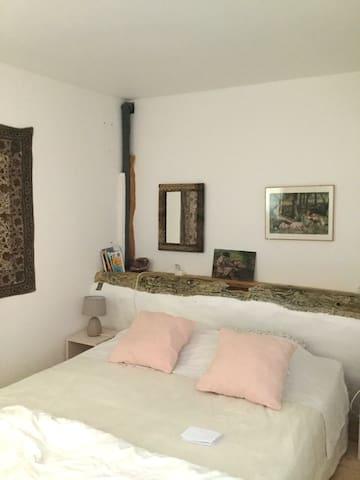 1ere petite chambre avec sa douche et WC attenants