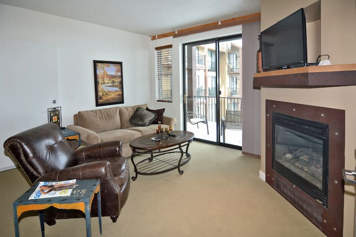 Beautiful Condo with Amenities 2038