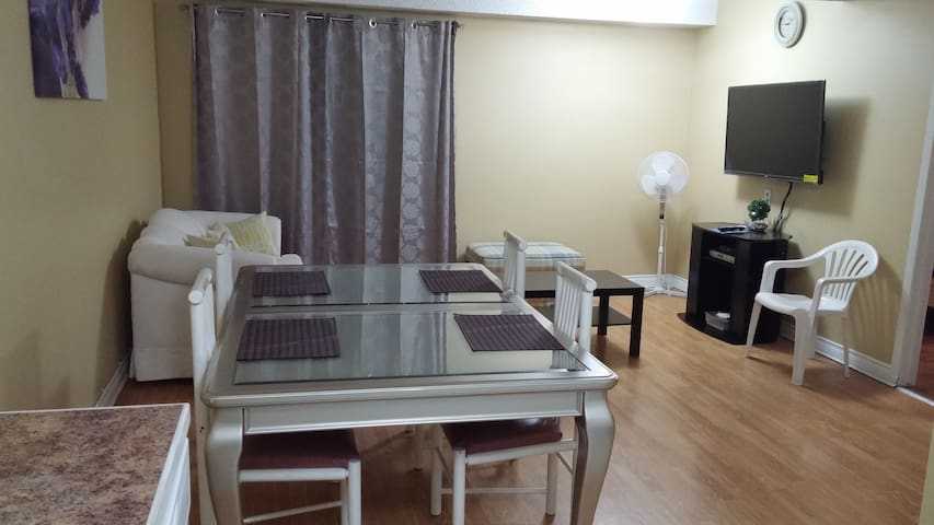 Cozy 3 bedroom T/house - opposite train stn & mall