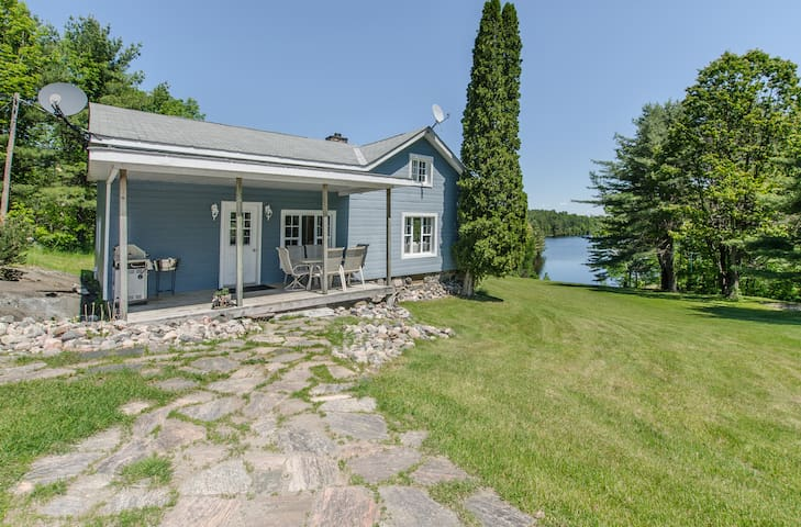 Beautiful Private Log Cottage on 34acres - 2 lakes