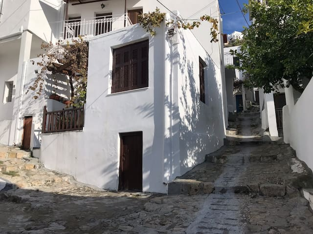 Cosy & Modern Studio in the Heart of Skyros