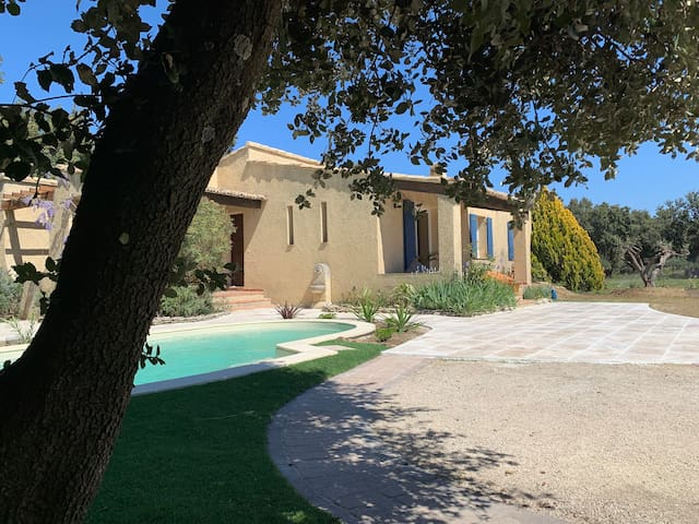 Face aux vignes 🍇 Nimes Avignon, Billard, Piscine