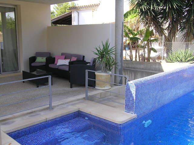 Modern, beachfront holiday home - Urbanització Montferrutx - Hus