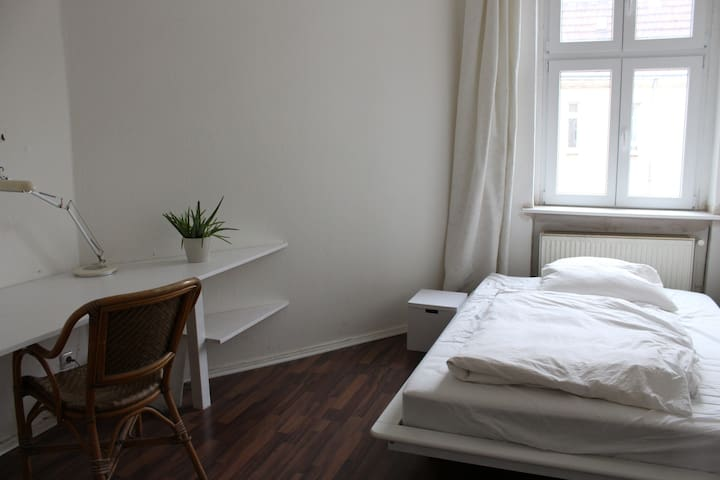 Nice, bright room close the center - Berlin - Apartment