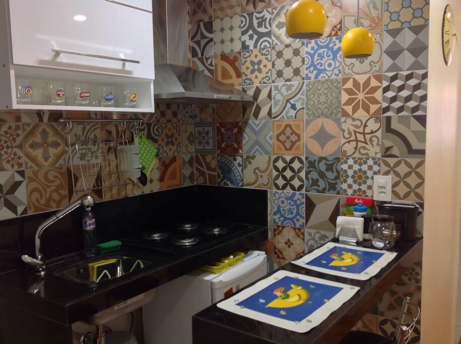 Cozinha americana, fogão, geladeira, coifa, lugar para 2 pessoas na bancada, Utensílios de cozinha