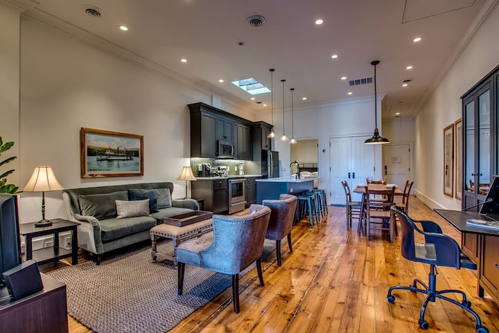Sheridan House-The Suite, gorgeous downtown, high end, loft-style suite overlooking Main Street