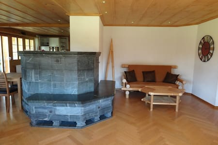 Spacious mountain chalet surrounded by mountains - Hasliberg - 家庭式旅館
