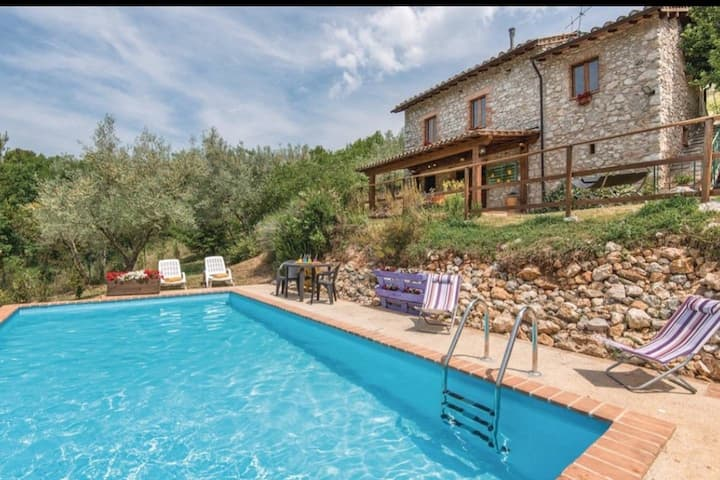 2 bedroom Umbria farmhouse with pool
