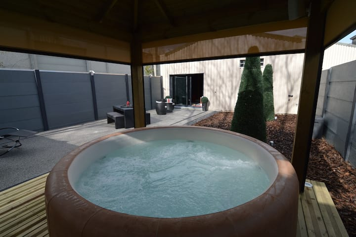 Deluxe Holiday Home in Welkenraedt with Jacuzzi & Steam Shower