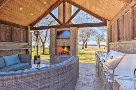 8-Acre Ranch Estate w/Pool, Spa & Outdoor Kitchen!