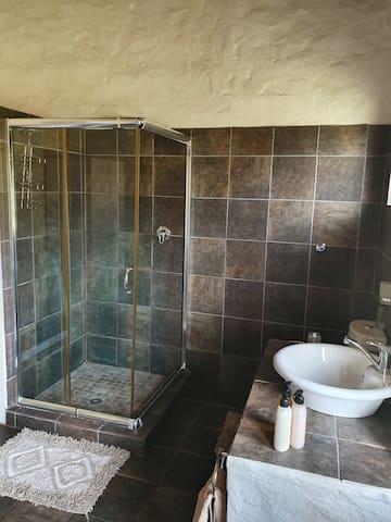 En-suite open plan bathroom in main bedroom