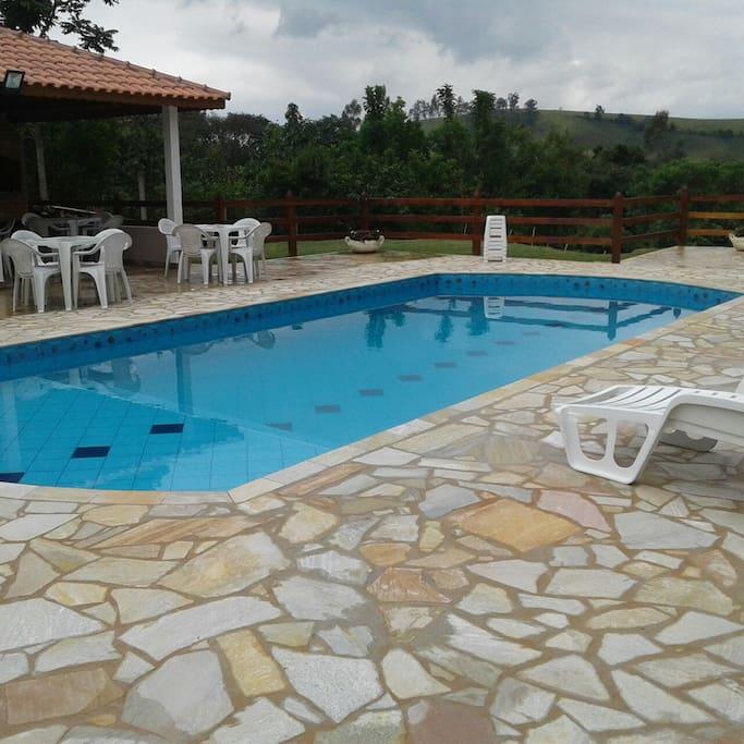 uma vista sensacional da piscina... dá pra passar o dia olhando a natureza