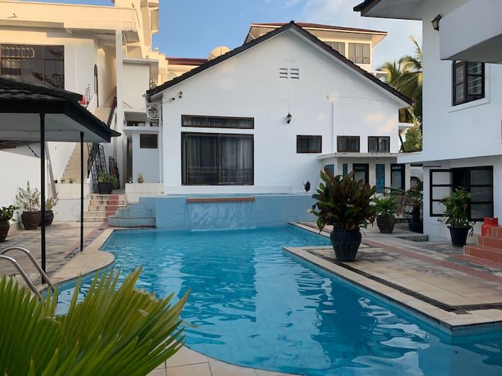 2 bedrooms luxury house: pool, free WiFi, parking