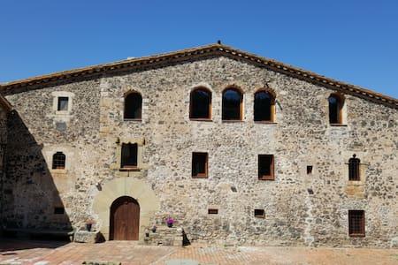 Fortified Masia near Girona - Llorà - Linna