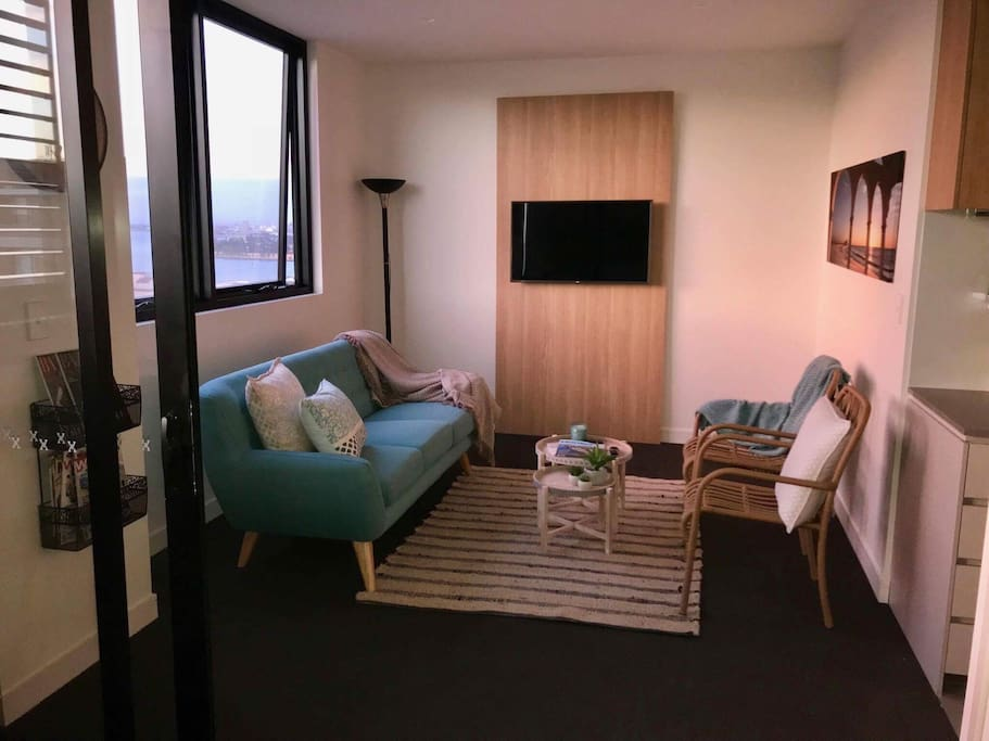 Comfortable lounge area with plenty of room to curl up with a good book or magazine (provided of course) or a glass of 'bubbles' as you take in the great city and harbour view. Brand new smart televison with all the latest digital channels or Netflix and Amazon Prime (included).