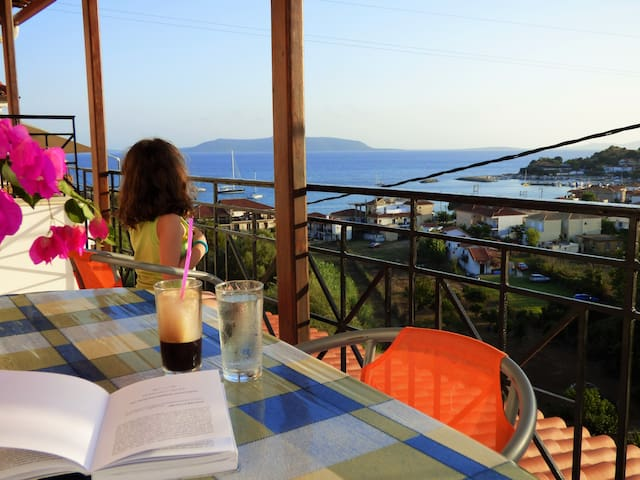 """3Doll nests"" with magnificent view near the beach - Foinikounta - Byt"