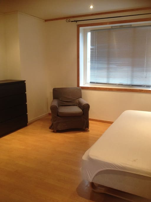 Enkel rom som passer fint for par. det er 120 cm bred seng.