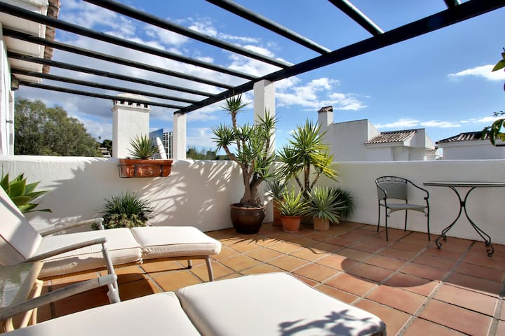 Two-bedroom penthouse, private roof terrace & WiFi