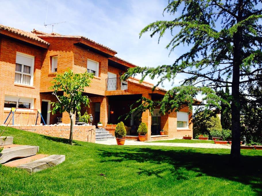 Preciosa casa con jard n y piscina las rozas for Restaurantes con piscina en comunidad de madrid