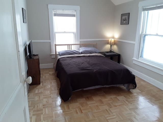 Cozy room, heart of historic Fort Wayne. 1