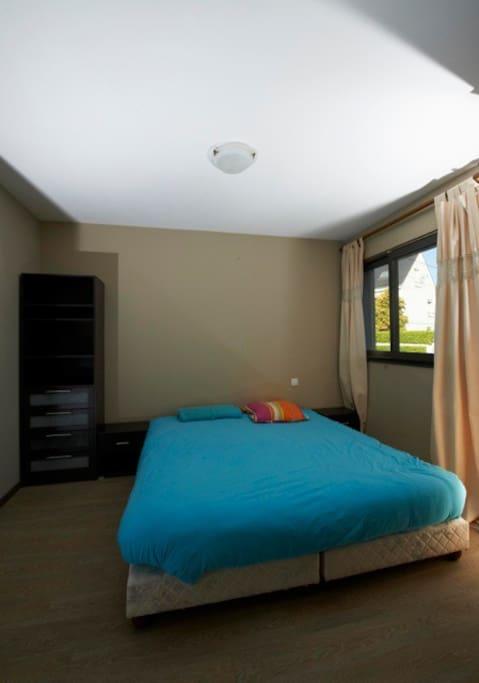 La chambre principale et son lit de 180cm